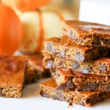 Flourless Pumpkin Bars with Chocolate Chips -These Flourless Chocolate Chip Pumpkin Bars require only 6 ingredients and are easily whipped up in a blender. They make a great low carb and paleo treat. #lowcarb #pumpkin