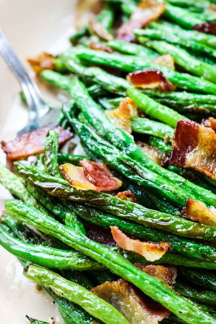 Green beans with crunchy bacon on top